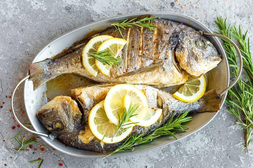 Pescado a la plancha con limón y romero
